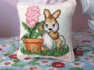 cuscino punto croce coniglietto